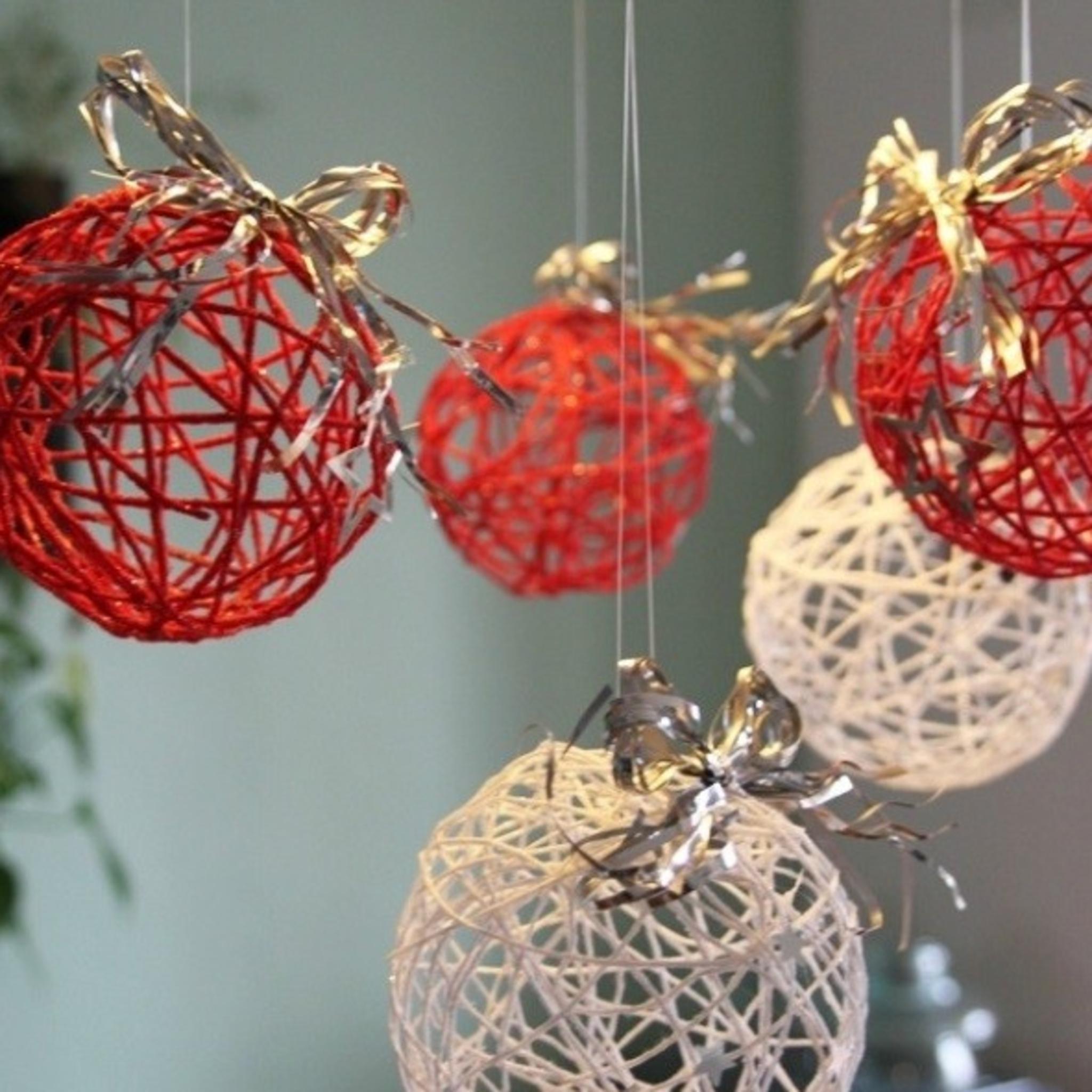 Поделки своими руками на новый год шары из пряжи паутинка