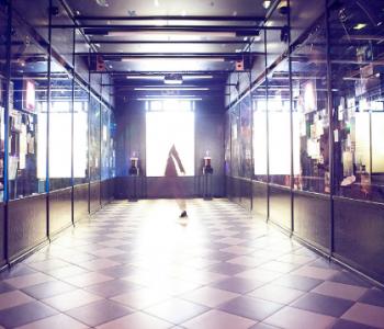 Перформанс художницы Дарьи Правды на выставке «Видимым о невидимом»